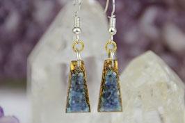 Ohrringe (langes Trapez) – Sodalith und Apatit mit Grundkristallen auf Bronze mit Eisen-Ringen und Ohrring-Haken