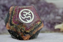 Dodekaeder – 2,5 cm – Antiksilbernes OM-Symbol mit jeweils drei Kristallblumen und -Schmetterlingen an den anliegenden Flächen, vielen Edelsteinen und vier Mini-Orgonit-Herzen als Glücksklee