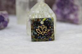 Kettenanhänger Quadrat (Klein) – Goldene Lotusblume mit Blattgold und buntem Kristallrand sowie feinen Grundkristallen auf blauem Stahl und Messing