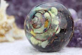 Energie-Kugel (6cm) mit vielen Edelsteinen in einer Drahtspirale