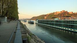 Konrad-Adenauer-Ufer mit Blick auf die Festung Ehrenbreitstein - tagsüber