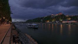 Konrad-Adenauer-Ufer mit Blick auf die Festung Ehrenbreitstein - abends