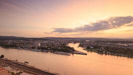 Sonnenuntergang über Koblenz von der Festung Ehrenbreitstein aus aufgenommen mit Zoom auf das Verwaltungszentrum