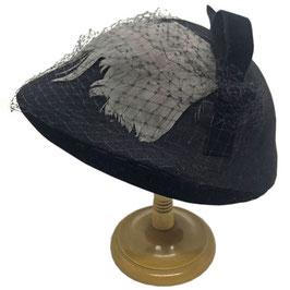 Hut schwarz Filz mit Samt, Netzchen und grauem Federschmuck VINTAGE 1940s NEU aus ehemaligem Hutgeschäft