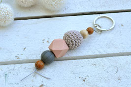 Schlüsselanhänger Holz & Häkelkugel / rosa, grau & braun