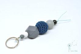 Schlüsselanhänger Holz & Häkelkugel / dunkelblau & grau