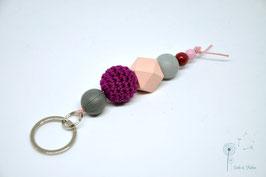 Schlüsselanhänger Holz & Häkelkugel / rosa, weinrot & grau