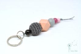 Schlüsselanhänger Holz & Häkelkugel / rosa & grau
