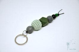Schlüsselanhänger Holz & Häkelkugel / grün & grau