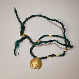 Goldmaske mit Seidenband