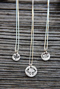 Mini-Anhänger auf Silberkette