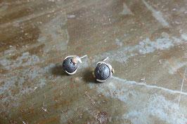 Boucles d'oreille clous en argent torsade et pierre de lave vissée