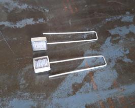 Boucles d'oreille longues carrés en argent et pvc blanc