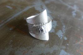 Bague triangle argent texture et vis