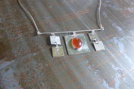 Collier mobile carrés en argent martelé et cornaline