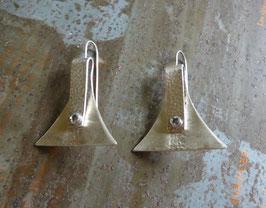 Boucles d'oreille longues triangles en argent texturé plié et vissé