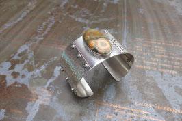 Bracelet manchette en argent texturé, vissé, avec jaspe serti