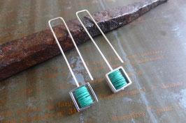 Boucles d'oreille longues carrés en argent et pvc turquoise