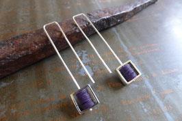 Boucles d'oreille longues carrés en argent et pvc violet