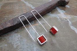 Boucles d'oreille longues carrés en argent et pvc rouge