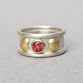 Ring mit Rhodolith und Roségold-Herzchen
