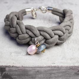 Breit geknotetes Armband aus Veloursleder mit Labradorit und Zuchtperle