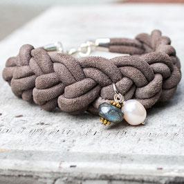 Armband aus Veloursleder mit Labradorit und Perle