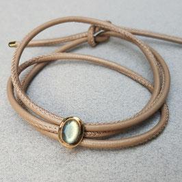 Lederarmband, Labradorit-Cabochon, vergoldetes Silber