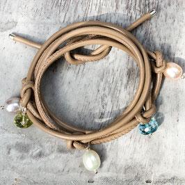 Leder-Wickelarmband mit bunten Bergkristallen und Perlen
