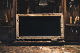 Magnettafel mit Holzrahmen und Kreideablage (geflammtes Altholz - rustikaler Charakter)