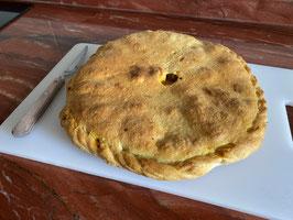 Empanada Mediana (Aprox. 650gr) de Carne, Panceta, Chorizo y Cebolla. Aprox. 3/4 Personas.