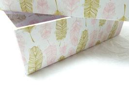 Geschenkbox mit Federn in rosa und goldfarben