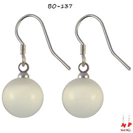 Boucles d'oreilles pendantes boules blanches opale