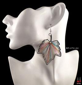 Boucles d'oreilles feuilles pendantes argentées et fils en tissu multi-couleurs