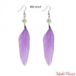 Boucles d'oreilles plumes violettes pendantes et perles nacrées