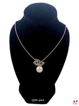 Collier à pendentif papillon argenté posé sur sa perle nacrée