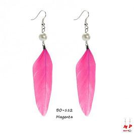 Boucles d'oreilles plumes pendantes et perles nacrées
