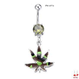 Piercing nombril à strass vert et son pendentif feuille de cannabis treillis militaire