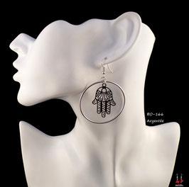 Boucles d'oreilles créoles pendantes et mains de Fatma