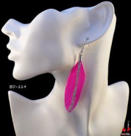 Boucles d'oreilles pendantes plumes fuchsia et paillettes argentées