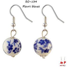 Boucles d'oreilles pendantes fleurs sur boules blanches en céramique