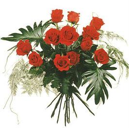 12 rote Rosen mit Grün