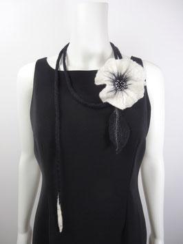 Schwarz-weiße Blume mit Band  *  Bl-0106