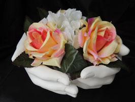 Mains en résine et roses
