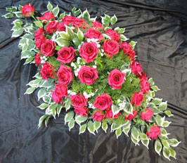 Dessus de cercueil roses rouges