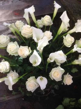 Trauergesteck mit weissen Rosen und Callas