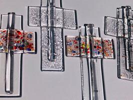 """Glaskreuz """"klein"""" ca 11 cm Höhe und 7 cm Breite zum aufhängen, handsigniert, Gewicht ca 65 Gramm."""