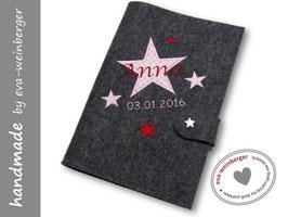 U-Hetfhülle • Sternenapplikation • Name • Filz dunkelgrau Stoff Karo rosa Sterne rosa/bordeaux, Name bordeaux Datum rosa