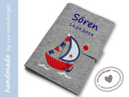 U-Heft-Hülle • Segelschiff • Filz • Name Musterfoto hellgrau/rot Rumpf Segel hellblau/dunkelblau Wimpel dunkelblau/rot Anker dunkelblau Name dunkelblau