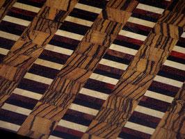 Brett aus Zebrano und bunten Streifen